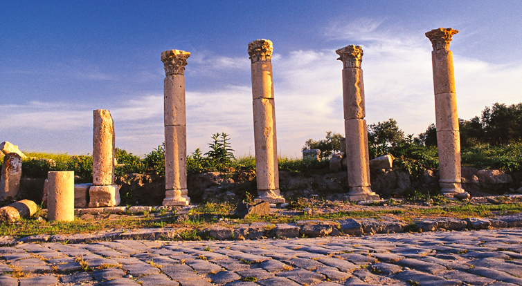©Umm Qais 21: Witness of the past: the colonnade in Umm Qais (Gadara).