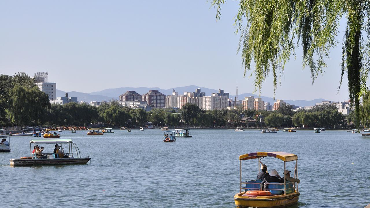 Peking, China: Der Houhai-See ist der größte See im Zentrum von Peking. Er dient als Naherholungsgebiet für Einheimische wie Touristen und hilft, den täglichen Trubel der 21-Millionen-Metropole ein wenig zu vergessen. Innerstädtische Seen und Parks machen das städtische Leben lebenswerter, zum Beispiel durch die Verbesserung der Luftqualität.<br />© Felix Döhler