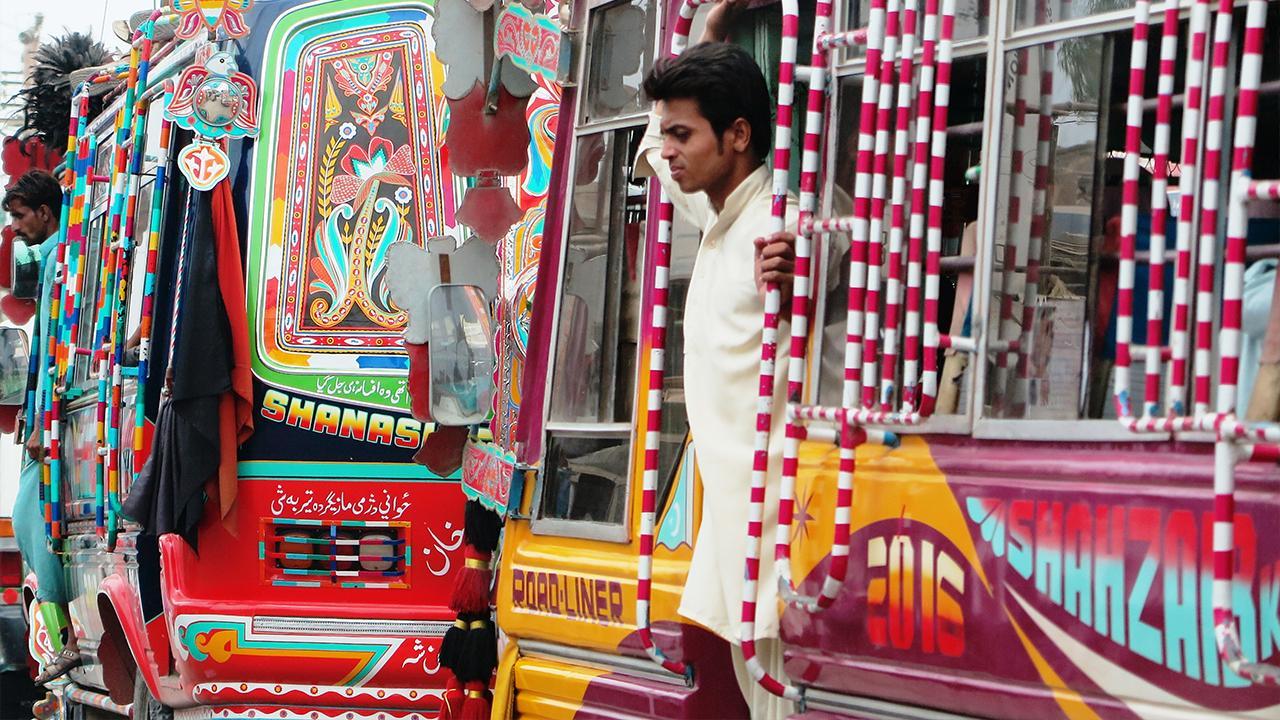Peshawar, Pakistan: Die bunt geschmückten Busse sind ein farbenfrohes Beispiel für erschwingliche, städtische Mobilität. Öffentliche Verkehrsmittel bieten eine kostengünstige Alternative zu privaten Fahrzeugen oder Taxidiensten. Darum sind gut zugängliche und nachhaltige öffentliche Verkehrslösungen wichtig für eine lebenswerte Stadt.<br />© GIZ Pakistan