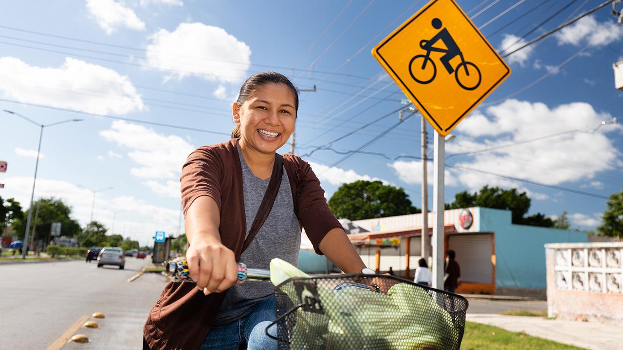 Mérida, Mexiko: Aktive Mobilität in Städten schützt nicht nur Umwelt und Klima. Sie fördert die persönliche Gesundheit, Leistungsfähigkeit und Zufriedenheit. Doch schlechte Verkehrssicherheit und Infrastruktur sind nach wie vor Hürden für stärkere Fahrradnutzung. Darum fördern mexikanische Städte wie Mérida aktiv das Fahrrad als Verkehrsmittel.<br />© GIZ CiClim Mexico