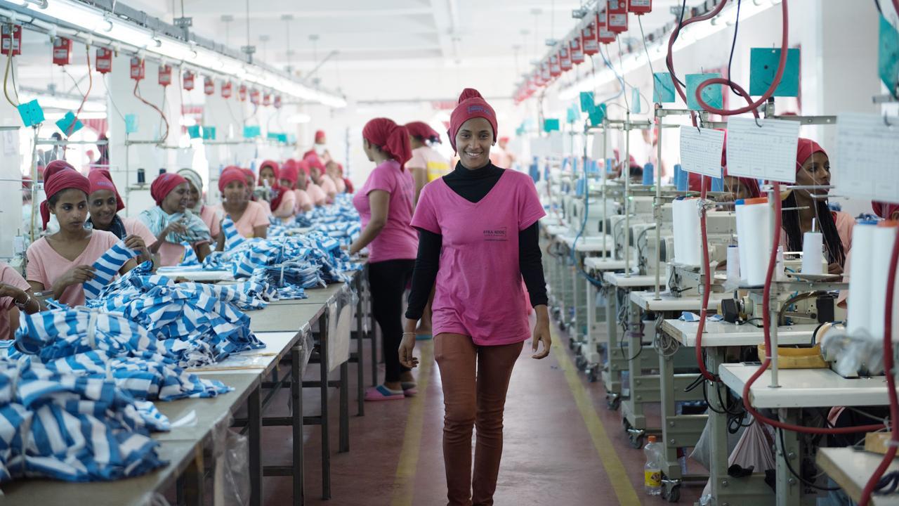 <strong>Der Stoff aus dem die Zukunft ist:</strong> Etsegenet Mitiku arbeitet in einer Textilfabrik am Rande von Addis Abeba. Sie hat als ungelernte Kraft mit einem Monatslohn von 400 Birr (rund 12 Euro) angefangen, jetzt leitet sie 16 Näherinnen an und verdient 117 Euro. Die GIZ engagiert sich in Äthiopien im Auftrag des BMZ in der Aus- und Fortbildung.<em>Foto: Michael Tsegaye</em>