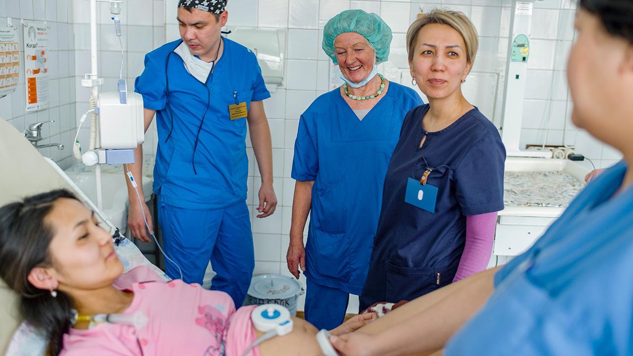 Dr. Gerlinde Partecke (Mitte) ist pensionierte Anästhesistin, sie war zuvor am Martin-Luther-Krankenhaus in Berlin tätig. Im Februar 2019 verbrachte sie drei Wochen in Bischkek City und schulte dort Anästhesist*innen, wie man bei Wehen sicher Periduralanästhesien durchführt. <em>Foto: ©GIZ/Maxime Fossat</em>