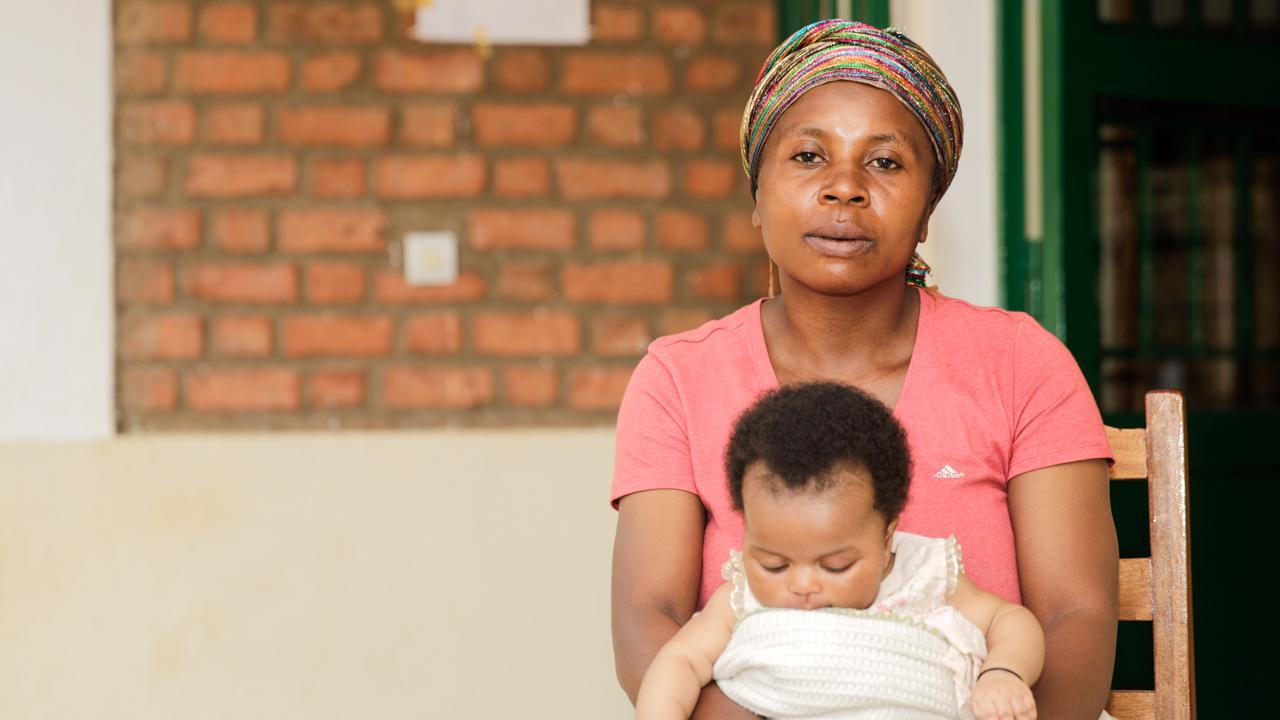 <strong>Gesunde Zukunft:</strong> Ester Zawadi Mwachigabo besucht mit ihrer Tochter das Gesundheitszentrum der ostkongolesischen Gemeinde Kasihe. Damit Menschen in der Provinz Süd-Kivu bessere medizinische Hilfe bekommen, arbeitet die GIZ im Auftrag der Schweizer Direktion für Entwicklung und Zusammenarbeit in acht Gesundheitszonen der Region.<em>Foto: Rudy Kimvuidi Nkombo</em>