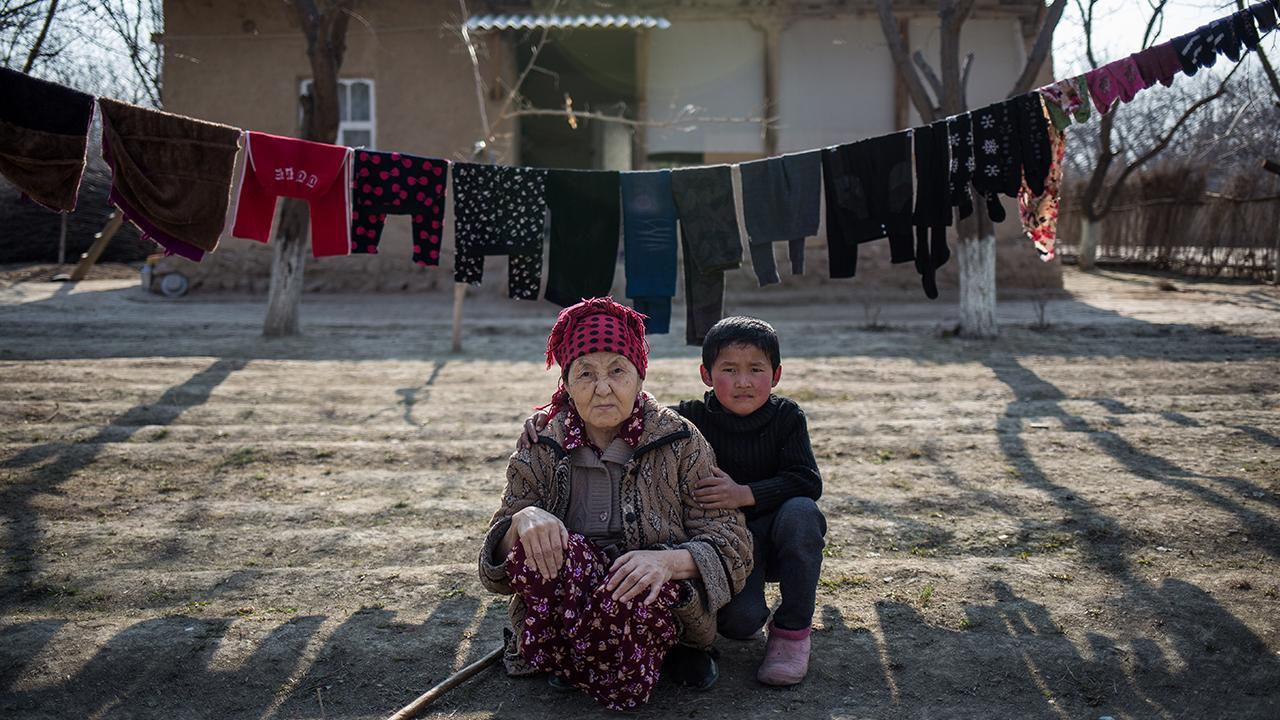 """Die gezeigten Bilder stammen aus den Fotoserien """"I am a foreigner"""" und """"Father comes tomorrow"""" von Elyor Nematov. Die Idee für die Reihe entstand, als sein Vater und sein Bruder zum Arbeiten in Russland waren.<em> </em>©GIZ/ EN"""