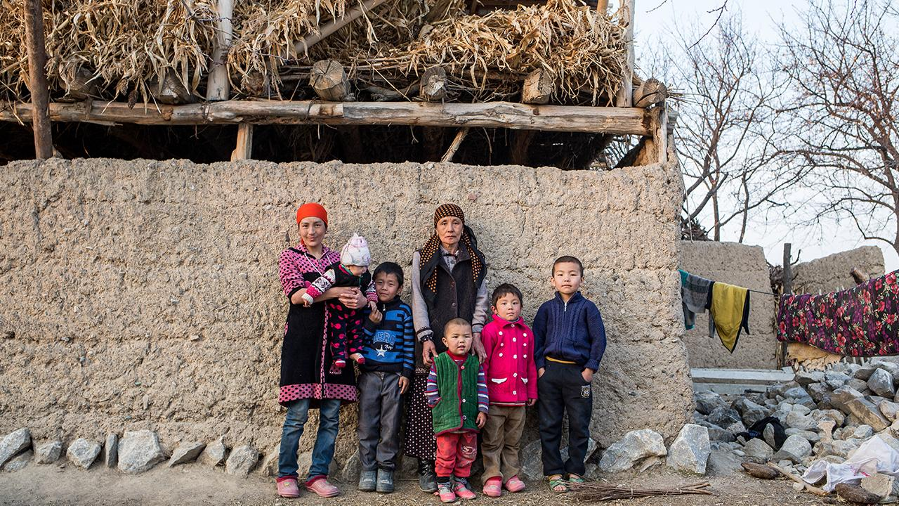 Die Familien der Arbeitsmigranten bleiben zurück, während diese versuchen, in Russland über die Runden zu kommen. Viele Kinder wachsen ohne ihre Väter auf, die Mütter müssen sie allein großziehen. ©GIZ/ EN