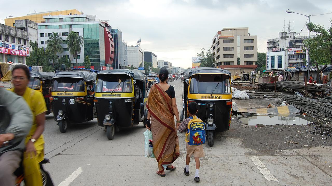 """Mumbai, Indien: Fußgänger*innen weltweit sind häufig durch schlechte Infrastruktur gefährdet. Immer noch gilt das Thema Verkehr oft als geschlechtsneutral – obwohl Frauen und Männer unterschiedliche Bedürfnisse für die Nutzung von Transportmitteln haben. Daher ist es wichtig, dass <a href=""""https://www.sutp.org/publications/approaches-for-gender-responsive-urban-mobility-gender-and-urban-transport-smart-and-affordable/"""" target=""""_blank"""">die Rolle und das Potenzial von Frauen im Bereich nachhaltiger urbaner Mobilität</a> weltweit hervorgehoben und dauerhaft gestärkt wird.<br />© Carlos Pardo"""