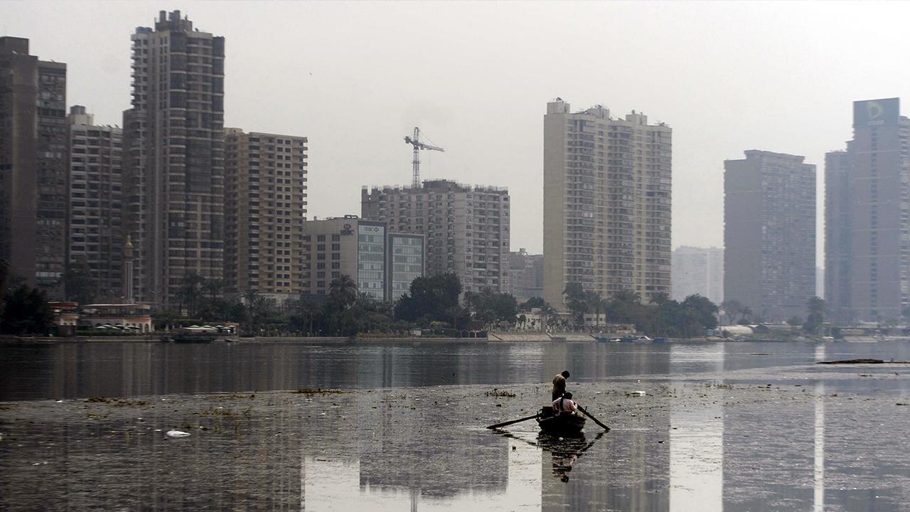 Kairo, Ägypten: Der Nil ist die Lebensader Kairos. Doch aufgrund des schlechten Abfall- und Abwassermanagements ist er zunehmend verschmutzt, wodurch die städtischen und ländlichen Lebensgrundlagen des Landes gefährdet werden. Der Nil ist ein Symbol dafür, dass städtisches Wachstum die umliegenden Ökosysteme berücksichtigen muss, um wirklich zukunftsorientiert und nachhaltig zu sein.<br />© GIZ Egypt