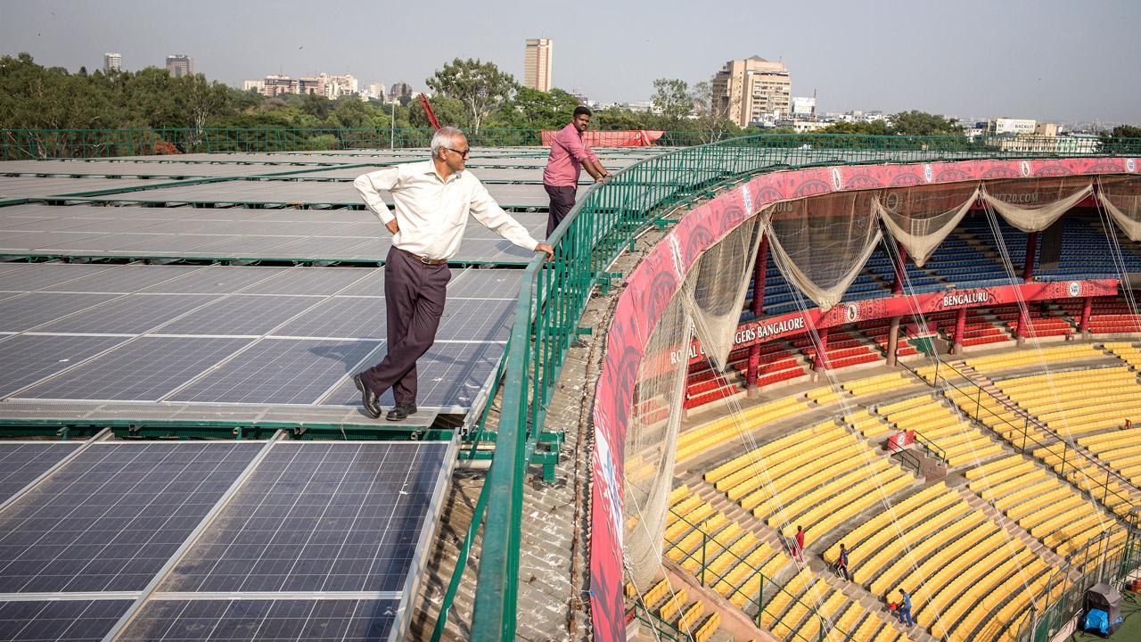 <strong>Sonnige Aussichten: </strong>Ein Kricketstadion in Bangalore deckt Teile seines Bedarfs mit Solarstrom. Die GIZ unterstützt Indien im Auftrag des Bundesumweltministeriums dabei, den Markt für Solarenergie in Ballungsräumen und Industriezentren weiterzuentwickeln. <em>Foto: Florian Lang</em>