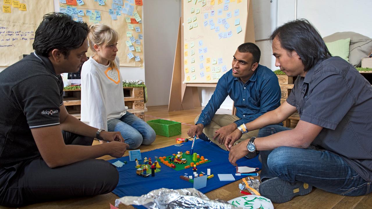 """<strong>Zwei Länder, viele Gründer:</strong> Bei einem """"Bootcamp"""" in Berlin lernen deutsche und indische Start-up-Unternehmer aus dem Bereich Erneuerbare Energien von- und miteinander. Die GIZ hat die Begegnung im Auftrag des Bundesentwicklungsministeriums organisiert. <em>Foto: Thomas Grabka</em>"""