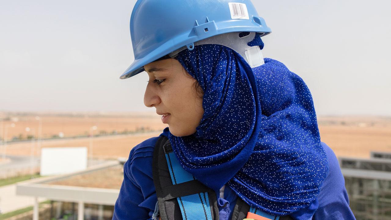 """<strong>Lernen für die Energiewende:</strong> Imane Lemsafi hat das """"Institut für die Berufsbildung in erneuerbaren Energien und Energieeffizienz"""" im marokkanischen Oujda absolviert. Die GIZ hat im Auftrag des Bundesumwelt- und des Bundesentwicklungsministeriums beim Aufbau des Instituts beraten. <em>Foto: Yana Wernicke</em>"""
