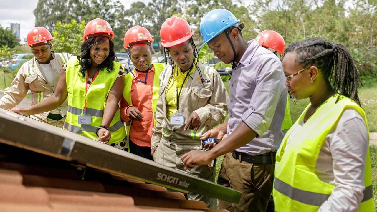 <strong>Sonniger Aufschwung:</strong> An der Strathmore Universität in Nairobi lernen junge Frauen und Männer, wie eine Solar-Hybrid-Anlage gewartet und betrieben wird. Die GIZ unterstützt die Ausbildung im Auftrag des Bundesentwicklungsministeriums. <em>Foto: Thomas Imo</em>