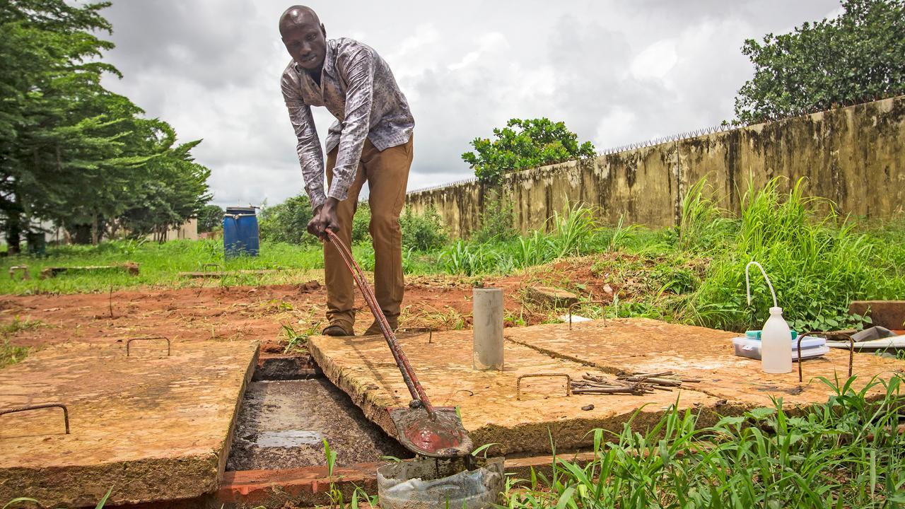 """<strong>Strom aus Kuhmist:</strong> Master-Absolvent Omar Kata Faye hat eine Biogasanlage entwickelt, die aus Kuhdung Strom erzeugt. Die GIZ hat im Senegal im Auftrag des Bundesentwicklungsministeriums das """"Hochschulprogramm zu erneuerbaren Energien und Energieeffizienz"""" aufgebaut. <em>Foto: Marta Moreiras</em>"""